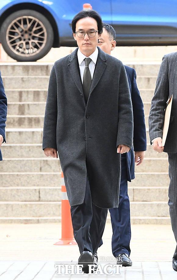 사업 관련 뒷돈 수수 혐의를 받고 있는 조현범 한국타이어 대표가 21일 오전 서울 서초구 서울중앙지방법원에서 열린 구속 전 피의자 심문(영장실질심사)을 받기 위해 법정으로 향하고 있다. /이동률 기자