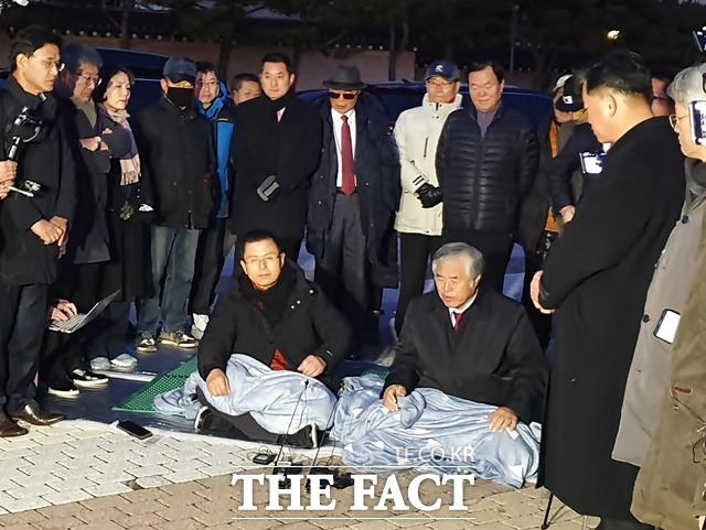 지난 20일 청와대 분수대 앞 광장에서 단식 투쟁을 시작한 황교안 한국당 대표가 전광훈 한기총 목사와 앉아 대화를 나누고 있다. /허주열 기자