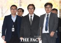 [TF포토] '배임수재·횡령' 조현범 한국타이어 대표 구속영장 심사 출석
