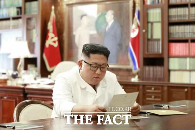 야권에서는 문 대통령이 친서를 보낸 날이 추방 어민 2명을 추방하겠다고 북한에 통보한 날이라고 이들이 희생됐다고 꼬집었다. 지난 6월 도널드 트럼프 미국 대통령이 친서를 보내왔다며, 김정은 국무위원장이 친서를 읽는 모습. /노동신문.뉴시스