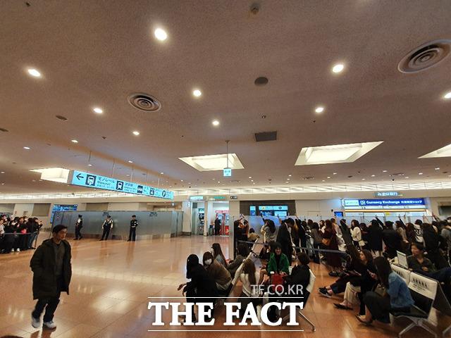방탄소년단이 오는 23일 일본 치바 ZOZO 마린 스타디움에서 팬미팅을 갖는 가운데 21일 오후 일본 도쿄 하네다 국제공항 입국장에 일본 팬들이 방탄소년단을 보기 위해 기다리고 있다. /하네다국제공항=이효균 기자