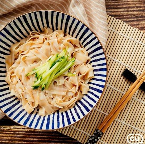 KBS 2TV 신상출시 편스토랑에서 방송인 이경규가 대만의 유명 식당의 레시피를 직접 배워와 한국인의 입맛에 맞도록 재해석한 마장면은 CU에서 제품으로 출시, 판매 첫날 5만 개 이상이 팔리며 초반 흥행에 성공했다. /BGF리테일 제공