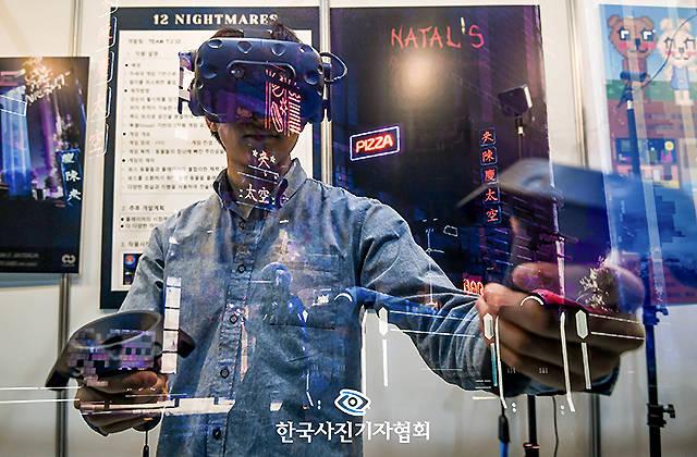 한국사진기자협회(회장 이동희)는 제202회 이달의 보도사진상 IT 부문 우수상 수상작으로 더팩트 이동률 기자의 '현실과 가상을 넘나드는 VR'을 선정했다. /한국사진기자협회