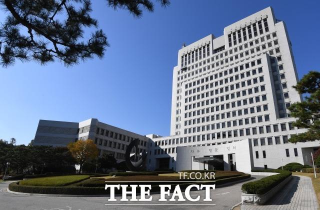 신광렬 부장판사는 성창호·조의연 서울중앙지법 영장전담판사에게 김수천 전 부장판사에 대한 수사기록을 전달받아 대법원 법원행정처로 넘긴 혐의를 받는다. 사진은 서울 서초구 대법원. /남용희 기자