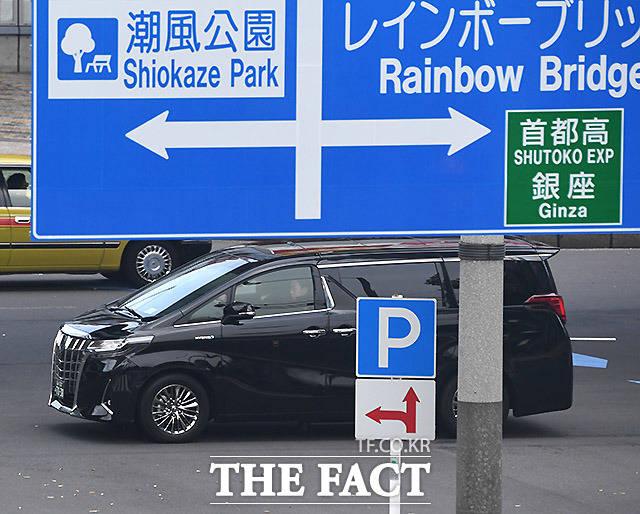 후지 TV로 진입하는 방탄소년단 차량.