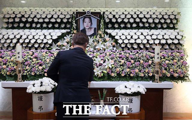 어제 숨진 채로 발견된 가수 고 구하라의 일반 빈소가 마련된 서울 강남 성모병원 장례식장에서 25일 관계자가 조문객을 받을 준비를 하고 있다./사진공동취재단