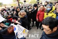 [TF포토] '지지자들에게 인사하는 황교안'
