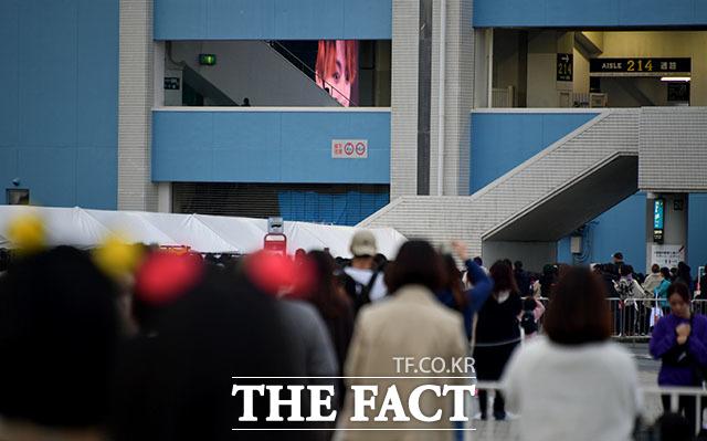 전광판에 나타난 방탄소년단 정국의 모습에 열광하는 팬들.