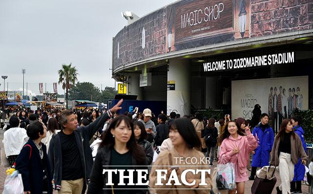 방탄소년단(BTS)의 일본 팬미팅이 24일 일본 지바현 조조마린스타디움에서 진행된 가운데 세계각국 팬들이 행사장으로 향하고 있다. /지바(일본)=이덕인 기자