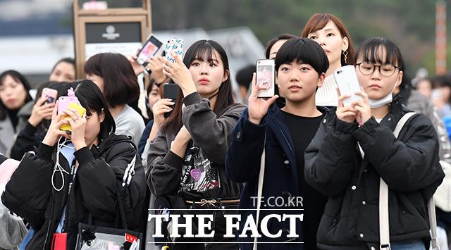 숨죽인 채 방탄소년단의 육성을 녹음하는 팬들.