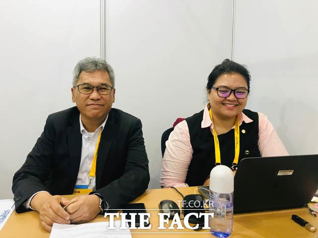 카디어 마지드 말레이시아 BH(Berita Harian) 기자는 IT기술 등 하국의 뛰어난 기술을 배우는 게 말레이시아의 목표라고 설명했다. 카디어 기자와 소로냐 자말 바라나마 말레이시아 기자의 모습. /부산 벡스코=박재우 기자