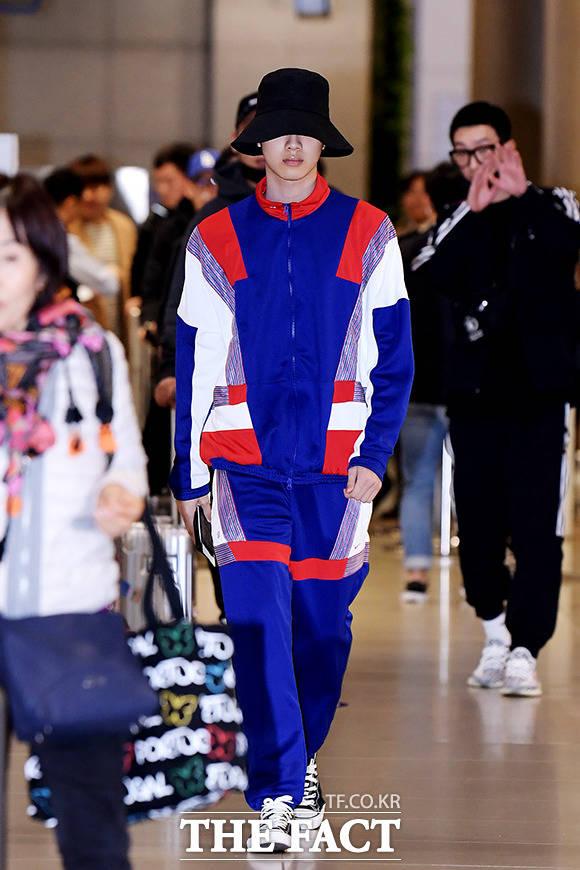 워너원 출신 가수 라이관린이 26일 오후 인천국제공항 제1터미널을 통해 입국하고 있다. /인천국제공항=이선화 기자