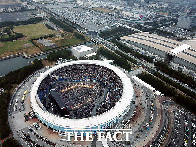 24일 방탄소년단(BTS)의 일본 팬미팅이 진행된 일본 지바현 조조마린스타디움에 5만 여 아미들이 참석해 뜨거운 관심을 보이고 있다. /지바(일본)=이덕인· 임세준 기자