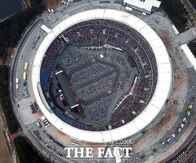 팬들이 3만 5000석 가량의 경기장 좌석과 그라운드에 마련된 좌석을 가득 메우고 있다.