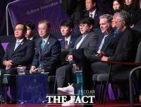 [TF포토] '문재인 대통령과 나란히 앉은 방시혁 대표'