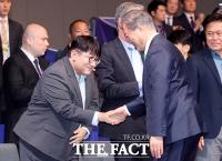 [TF포토] '2019 한·아세안 특별 정상회의' 악수하는 문재인-방시혁