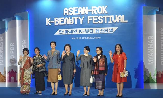 김정숙 여사와 아세안 정상 부인들이 26일 열린 K뷰티 페스티벌에 참석해 기념촬영을 하고 있다. /아모레퍼시픽 제공