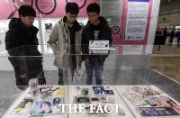 [TF포토] '가짜가 이렇게나 많네'…가짜 방탄소년단 MD 보는 학생들