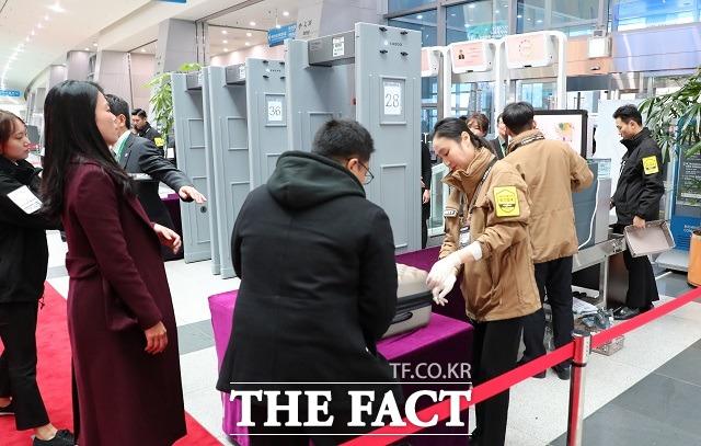 2019 한-아세안 특별정상회의가 열린 25일 오후 부산 벡스코 제1전시장 입구에서 경호인력들이 출입자에 대한 검문 검색을 하고 있다. /뉴시스