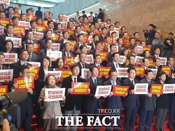 더불어민주당은 29일 국회 본회의가 파행되자 한국당 규탄대회를 열어 한국당의 필리버스터 신청 철회를 촉구했다. /국회=박숙현 기자