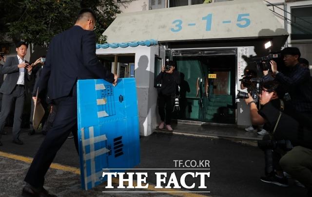검찰이 9월 서울 서초구 방배동 조국 법무부 장관 자택에 대한 압수수색을 진행하고 있다. /김세정 기자