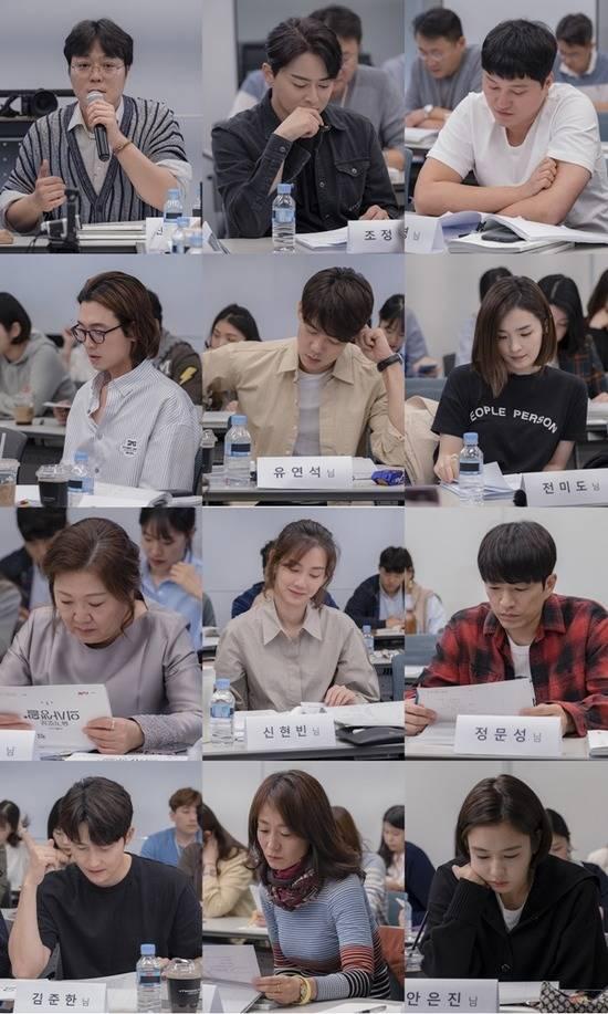 신원호 PD는 대본 리딩 현장에서 tvN 슬기로운 병원생활에 대한 각오를 밝혔다. / tvN 제공