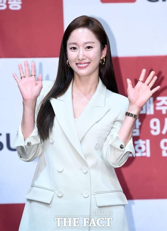 배우 전혜빈이 오는 7일 2살 연상의 일반인 남성과 결혼식을 올린다. /더팩트DB