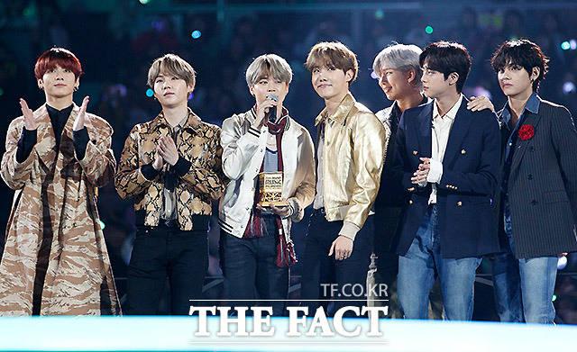 4일 오후 일본 나고야돔에서 '2019 MAMA(마마·2019 Mnet Asian Music Awards)'가 열려 그룹 방탄소년단이 올해의 앨범상을 받고 있다. /MAMA 제공