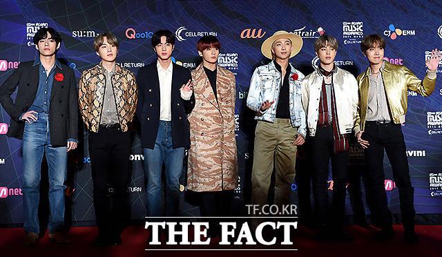 4일 오후 일본 나고야돔에서 '2019 MAMA(마마·2019 Mnet Asian Music Awards)'가 열려 그룹 방탄소년단이 레드카펫 행사에 참석해 포즈를 취하고 있다. /MAMA 제공