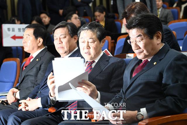 유기준(오른쪽 두 번째) 자유한국당 원내대표 후보가 9일 오전 서울 여의도 국회에서 열린 자유한국당 원내대표 경선에서