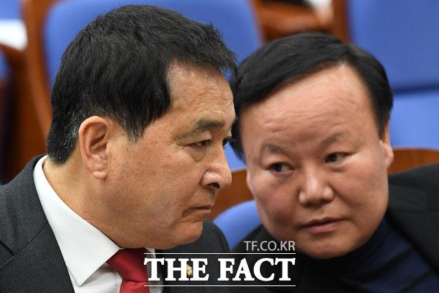한국당 심재철 원내대표와 김재원 정책위의장이 9일 오후 국회에서 열린 의원총회에 참석해 대화를 나누고 있다. /남윤호 기자