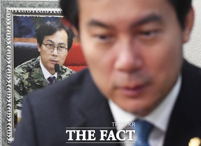 김영우 한국당 의원이 10일 오전 국회의원회관에서 <더팩트>와 인터뷰를 하고 있다. /배정한 기자
