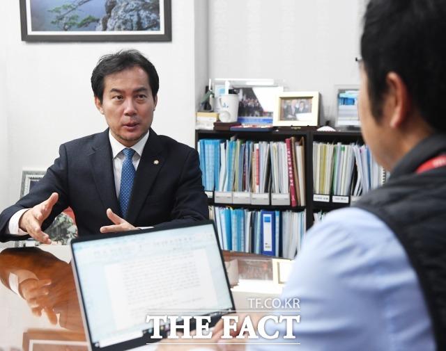 김영우 한국당 의원이 10일 오전 국회의원회관에서 <더팩트>와 인터뷰를 진행하고 있다. /배정한 기자