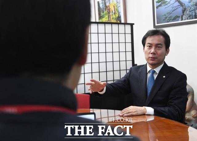 김영우 한국당 의원이 10일 오전 국회의원회관에서 진행된 <더팩트>와의 인터뷰에서 취재진의 질문에 답하고 있다. /배정한 기자
