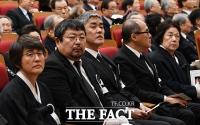 [TF포토] 고 김우중 회장의 생전 영상 바라보는 유족들