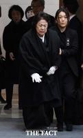 [TF포토] 김우중 영결식, 부축 받으며 입장하는 정희자 여사