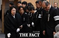 [TF포토] 영결식 참석하는 정희자 여사