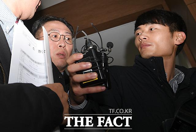 취재진에 둘러싸인 손 대표