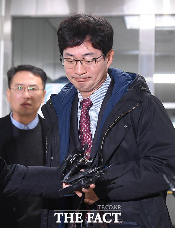 맞고소를 위해 강남경찰서를 찾은 김건모의 소속사 건음기획 손종민 대표(왼쪽)와 법무법인 서평 고은석 변호사