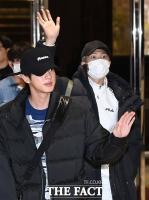 [TF포토] 진-RM, '반가워 ARMY!'