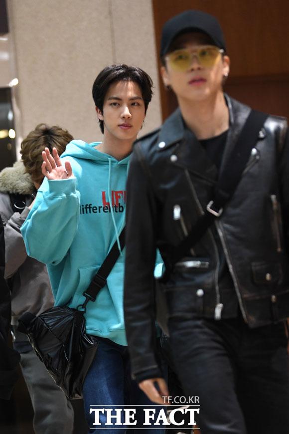 그룹 방탄소년단(BTS)의 멤버 진(가운데)과 지민이 15일 저녁 일본에서 열린 팬미팅 일정을 마치고 김포국제공항으로 귀국하고 있다./김포국제공항=남윤호 기자