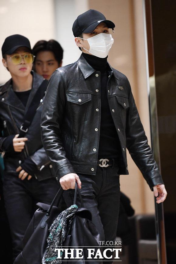그룹 방탄소년단(BTS)의 멤버 지민(왼쪽)과 슈가가 15일 저녁 일본에서 열린 팬미팅 일정을 마치고 김포국제공항으로 귀국하고 있다./김포국제공항=남윤호 기자