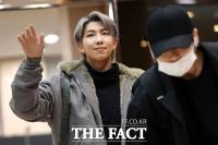 [TF포토] RM-정국, '같은 인사 다른 방법'