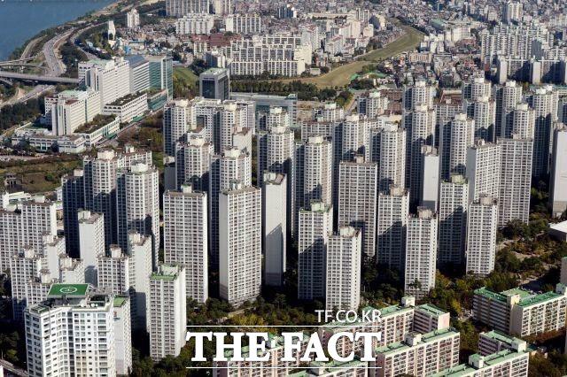 정부가 9억 원 이상 아파트를 대상으로 내년도 부동산 공시가격을 집중적으로 올린다. /더팩트 DB