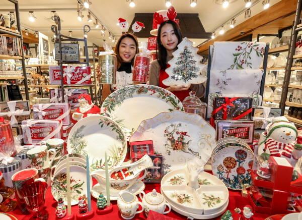 현대백화점이 다양한 프로모션을 진행한다. 사진은 윌리엄스소노마 크리스마스 컬렉션. /현대백화점 제공