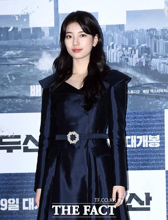 배우 수지가 18일 오후 서울 용산구 CGV 용산아이파크몰에서 열린 영화 백두산의 언론시사회에 참석해 포즈를 취하고 있다. /이동률 기자