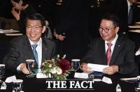 [TF포토] 환하게 웃는 은성수 위원장과 김학수 원장