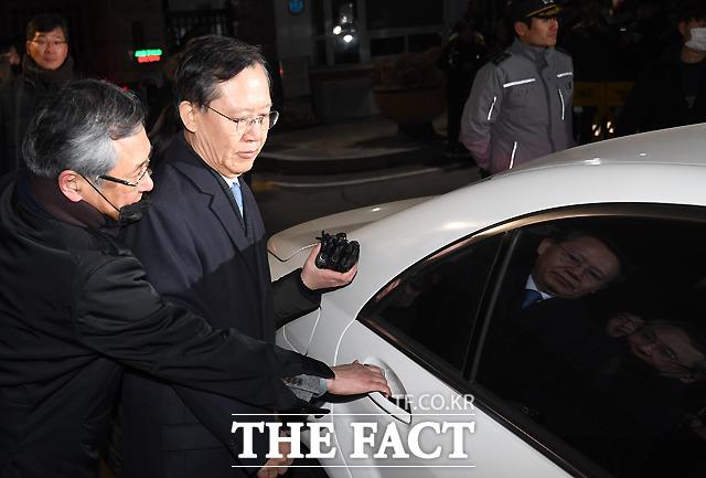 지난 1월 24일 사법행정권 남용 의혹으로 구속영장이 청구된 박병대 전 대법관이 영장이 기각된 후 경기도 의왕 서울구치소를 나서고 있다./이새롬 기자