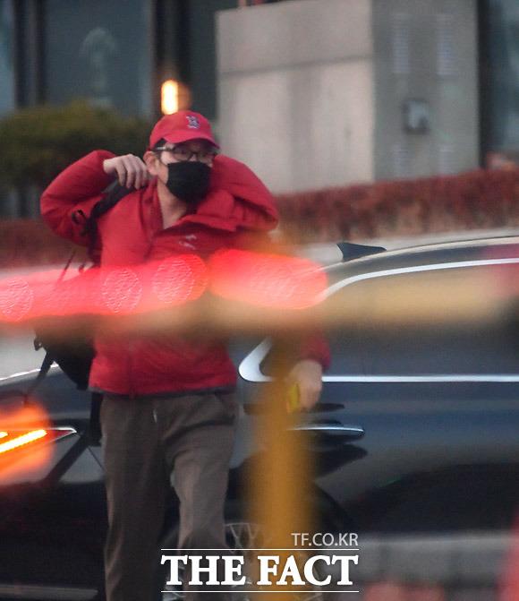 18일 오후 6시 15분쯤 수서역에 도착한 이재용 부회장이 답답한 양복을 벗고, 빨간 색 모자와 패딩점퍼 등 한결 편안해 보이는 아웃도어 차림을 한 채 역 안으로 발걸음을 옮기고 있다./수서역=이덕인 기자