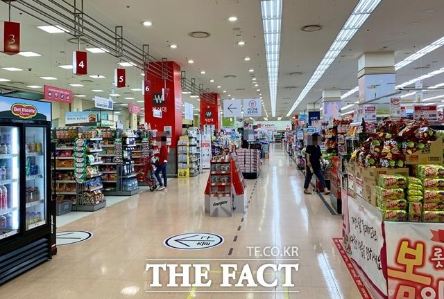 양사의 인사 향방이 갈린 가운데 업계는 새로운 인물인 강희석 대표에게 더 큰 기대를 보이고 있다. 사진은 롯데마트 내부. /이민주 기자